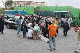 県警機動隊と市民の小競り合いの中で、男性市民が道路に倒れ込み、気分の悪さを訴えた=26日午前8時半ごろ、名護市キャンプ・シュワブ旧ゲート前