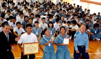 津波彰署長(手前右)から感謝状を贈られた生徒たち=26日、名護市立羽地中学校(山城正二通信員撮影)