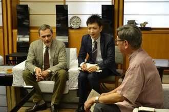 翁長雄志知事(右)に那覇市医師会のLHRを使った研究への意気込みを語るグラクソ・スミスクラインのフィリップ・フォシェ会長(左)=沖縄県庁