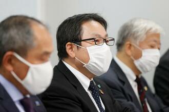 キヤノンを提訴し、記者会見する「エコリカ」の宗広宗三社長(中央)=27日午後、大阪市