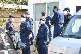 辺野古漁港近くの「テント2」を捜索する警察官=29日午前10時16分、名護市辺野古