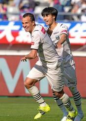 FC東京―川崎 後半、チーム4点目のゴールを決め、駆けだす川崎・レアンドロダミアン(左)=味スタ
