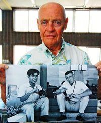 1958年に写真を教わった「先生」を捜すリチャード・ブルースさん=うるま市宇堅公民館