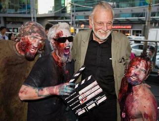 カナダ・トロントで、ゾンビに扮(ふん)するファンらと記念撮影するロメロ氏(右から2人目)=2009年9月12日(カナダ通信提供・AP=共同)