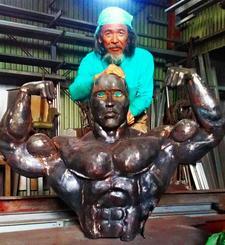 照美さんの待ち受け画面に写る大城清久さんと遺作「アイアンマン」(大城照美さん提供)
