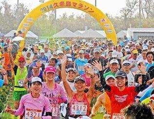 雨の中、一斉にスタートするフルマラソンのジョガーたち=26日午前7時半ごろ、久米島町営仲里球場(国吉聡志撮影)