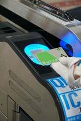 JR東日本のSuicaで、沖縄都市モノレール「ゆいレール」に乗車できるようになった=10日、那覇空港駅