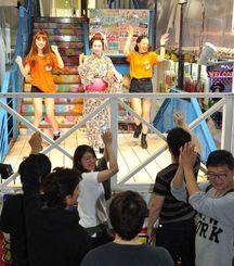 ダイコクドラッグ店舗前でライブをする「DDプリンセス沖縄」=7日午後9時過ぎ、那覇市牧志