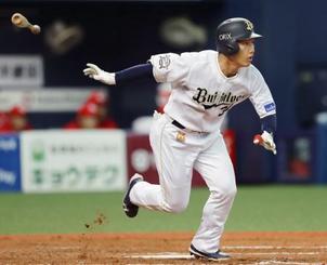4回オリックス1死二塁、吉田正が右中間に先制の二塁打を放つ=京セラドーム