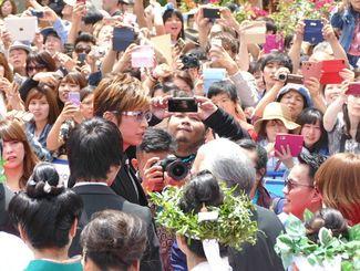 故郷沖縄で大歓声を浴びるGACKT