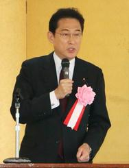 秋田県能代市で講演する自民党の岸田政調会長=15日午後
