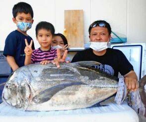 浜比嘉島で112センチ、20.1キロのガーラを釣った赤嶺大夢さん(右)=8月29日