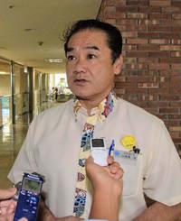 知事選に関して、記者団の質問に答える佐喜真淳宜野湾市長=3日午前、宜野湾市役所
