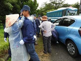機動隊に停止を求められ、強制的に移動させられた車両=9日午前9時ごろ、東村高江・県道70号(河村公子さん撮影)