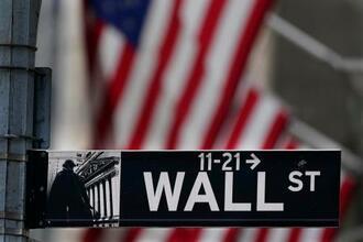 ニューヨーク・ウォール街にある標識(AP=共同)