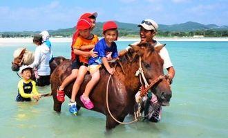 海での乗馬体験を楽しむ大岳幼稚園の子どもたち=9月24日、久米島町奥武島