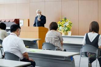 矢吹恵さんの母校で行われた追悼礼拝で祈りをささげる同級生ら=1日午後、東京都町田市