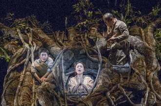 こまつ座「木の上の軍隊」のワンシーン。左から新兵役の松下洸平さん、語る女役の普天間かおりさん、上官役の山西惇さん(こまつ座提供)