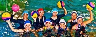 「全国大会に出場したい」と意気込む那覇西高の女子水球チーム=那覇商業高(勝浦大輔撮影)