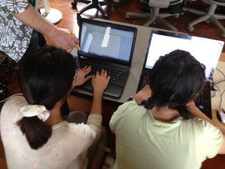 貧困課題を抱えている青年へのパソコンプログラム。パソコンの操作が出来るよう取り組み就業意欲を喚起する=うるま市・コミュッと