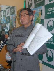沖縄防衛局が申請した漁港の使用許可などの申請に対する名護市の対応を説明する稲嶺進市長=22日午前、同市役所