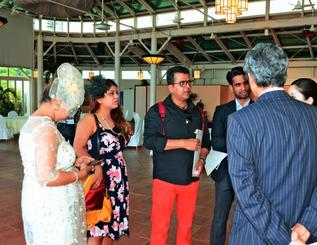 リザンシーパークホテル谷茶ベイの概要について説明を受けるインドのブライダルプランナーら=3日、恩納村・同ホテル