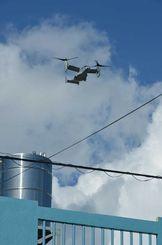 住宅地上空を飛来し普天間飛行場に着陸するオスプレイ=2013年8月3日、普天間第2小学校近く