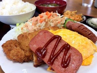 厚切りポークにずっしりトンカツ、卵焼き、ウインナー、サラダ、小鉢、味噌汁、ご飯大盛りでランチ600円
