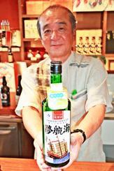 新技術で青リンゴが香る「夢航海」をPRする忠孝酒造の大城勤社長=16日、豊見城市の同社