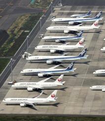 羽田空港の駐機場に並ぶ旅客機=4月