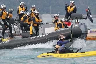 オイルフェンス設置に抗議する市民のカヌーに、海上保安庁のボートが波しぶきを上げて近づく=4日午後3時22分、名護市辺野古のキャンプ・シュワブ沖(下地広也撮影)