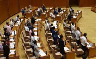 「辺野古新基地建設の賛否を問う県民投票条例案」を賛成多数で可決する県議会=26日午前、県議会