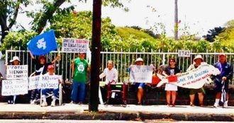 日本領事館前で辺野古新基地建設反対を訴えるハワイ市民ら=4月29日、ホノルル市内
