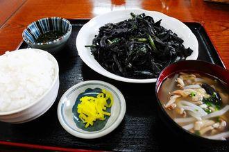 中味汁、イナムドゥチ、沖縄そば、みそ汁から汁物を選ぶことができる定食は15種類。写真はいかすみ炒めに汁物は中味汁