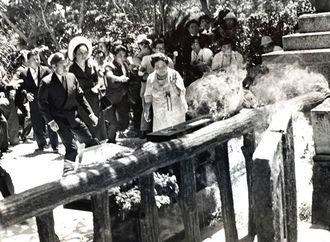 海洋博出席のため沖縄を訪問した皇太子ご夫妻は、南部戦跡のひめゆりの塔を参拝。その時壕の中から2人の男が「皇太子来沖反対」を叫びながら火炎瓶を投げた=1975年7月、糸満市