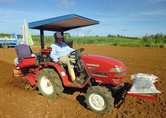 畝幅ぴったりに苗を植え付ける運転技術は他の農家も舌を巻く=9月18日、宮古島市平良荷川取