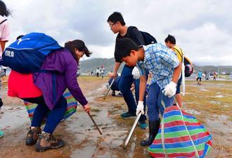石垣島での活動に連動して開かれた海岸清掃の参加者=台湾基隆市の潮境公園