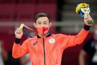 男子60キロ級で優勝し、日本選手団初の金メダルを手にする高藤直寿=日本武道館