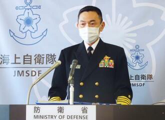 記者会見する山村浩海上幕僚長=19日午後、防衛省