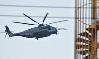 宜野座村松田区の上空を低空飛行する米軍ヘリ=2日
