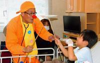 「ホスピタルクラウン」と皿回し挑戦、闘病中の子に笑顔 那覇市立病院