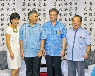翁長雄志知事(右から2人目)を表敬し、笑顔を見せるデービッド・イゲハワイ州知事(同3人目)=9日午前、県庁