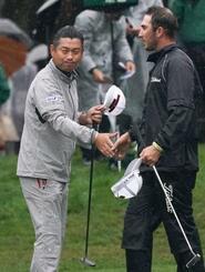 第2日、通算5アンダーでホールアウトし同組選手(右)と握手する池田勇太。首位に浮上=フェニックスCC
