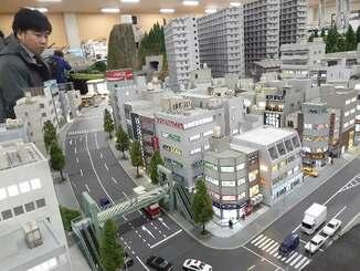 報道陣に公開された製作中の街並み=28日、東京・有明