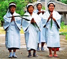 イザイホーの最後の経験者である神人たち(手前3人)が引退する儀式。大重さんも近くで見守った=2008年、久高島