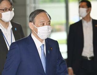首相官邸に入る菅首相=13日午前
