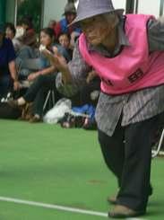 ミニボウリング大会でプレーを楽しむ宮城ミツさん=名護市・21世紀の森屋内運動場