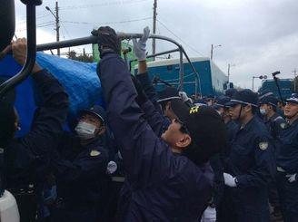 市民らのテントを撤去する機動隊員ら=22日午前9時半ごろ、名護市辺野古・キャンプ・シュワブゲート前