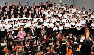 琉球交響楽団の演奏で「第九」を歌い上げる合唱団=9日、宜野湾市・沖縄コンベンションセンター劇場棟(金城健太撮影)