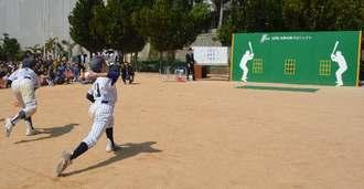 寄贈された壁当て用の「ベース・ウォール」に投球する児童=19日、那覇市寄宮・真和志小学校